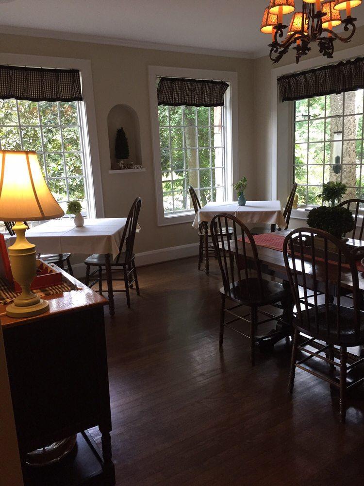 Chanticleer Inn Bed and Breakfast: 1300 Mockingbird Ln, Lookout Mountain, GA
