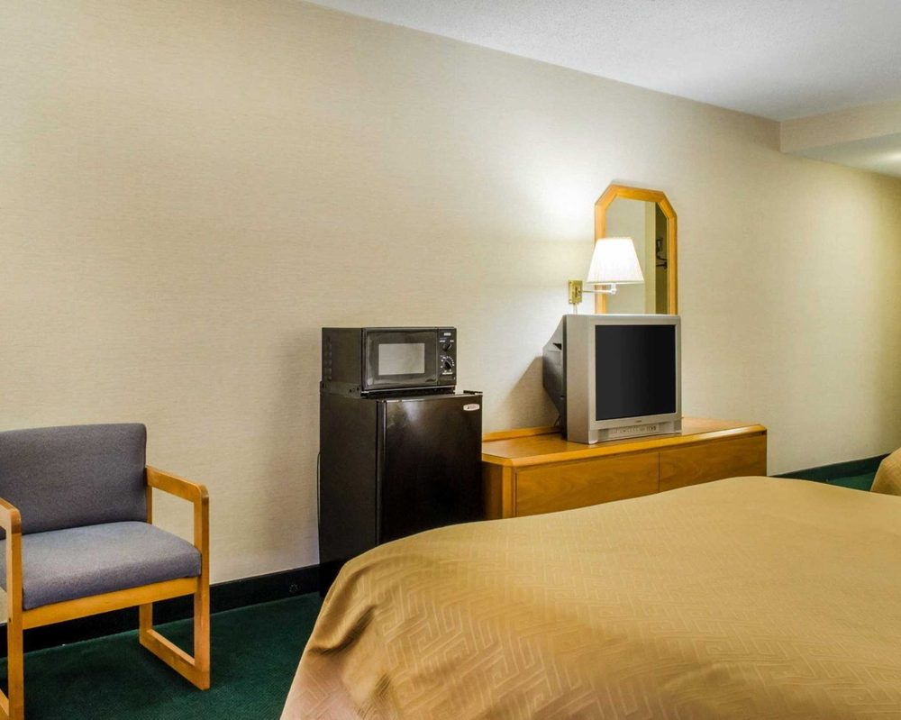 Econo Lodge: 29 Stop Plaza Drive, Mifflintown, PA