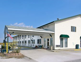 Super 8 by Wyndham Okawville: 812 North Hen House Road, Okawville, IL