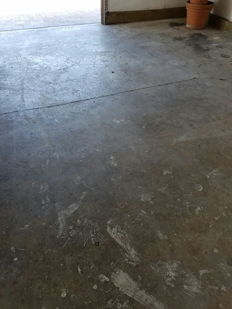 1973 2 car garage full of cracks paint and oil stains for Garage sprint auto stains