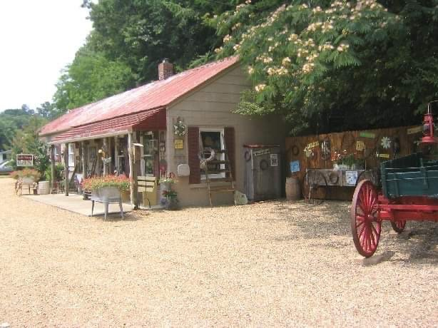 Quail Hollow Candle Factory & Gift Shop: 455 Andrew Jackson Hwy, Adolphus, KY