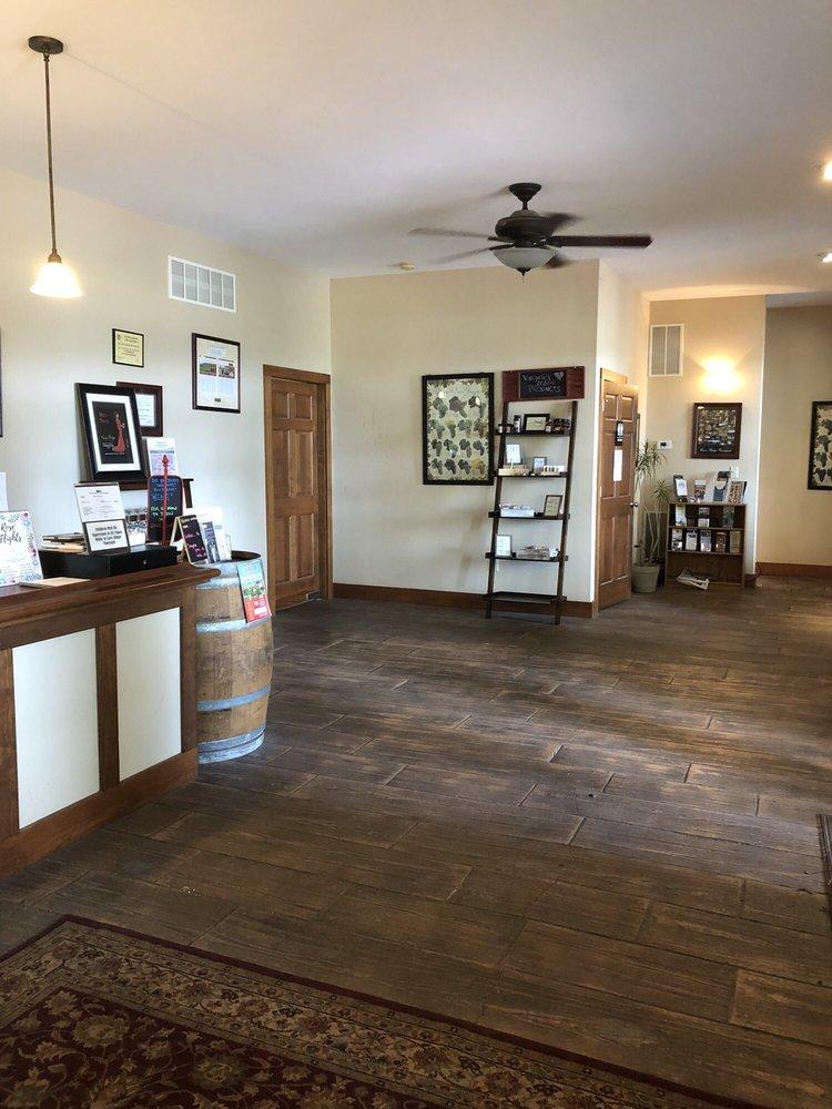 Cave Ridge Vineyard: 1476 Conicville Rd, Mount Jackson, VA