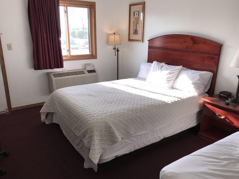 Yorkshire Inn & Suites: 3402 S Lincoln Ave, York, NE
