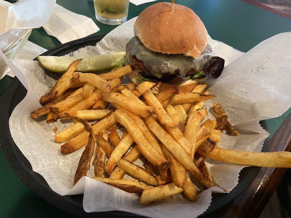 Oakmont Tavern: 814 Allegheny River Blvd, Oakmont, PA