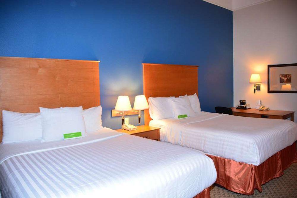 Baymont Inn & Suites Brenham: 2950 Wood Ridge Blvd, Brenham, TX