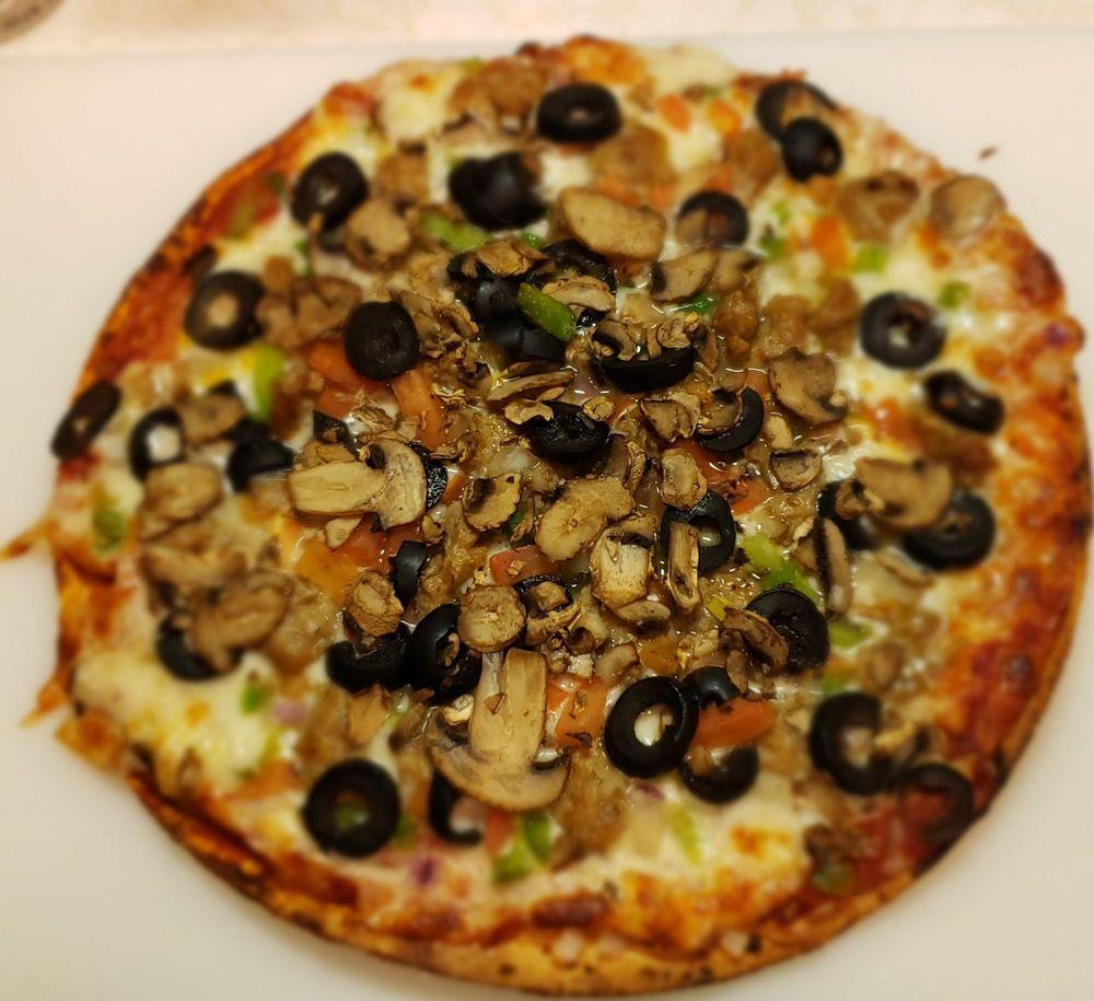 Eaton's Fresh Pizza: 830 E Paradise Dr, West Bend, WI