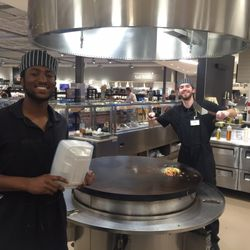 Foto zu Hen House Supermarket - Overland Park, KS, Vereinigte Staaten. The grill is delicious! It's so much fun to watch!