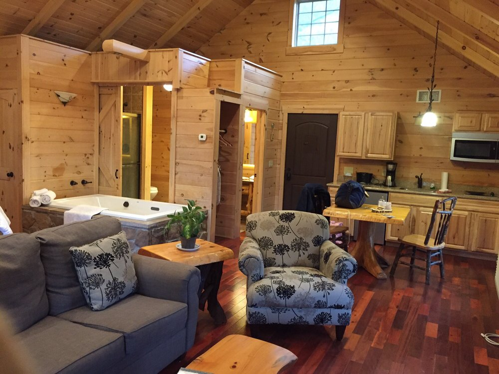 Pine Cove Lodging: 5492 County Rd 201, Millersburg, OH