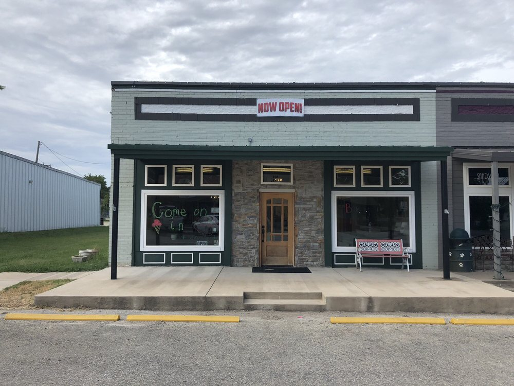 Backyard Eatery: 108 W James St, Blue Ridge, TX