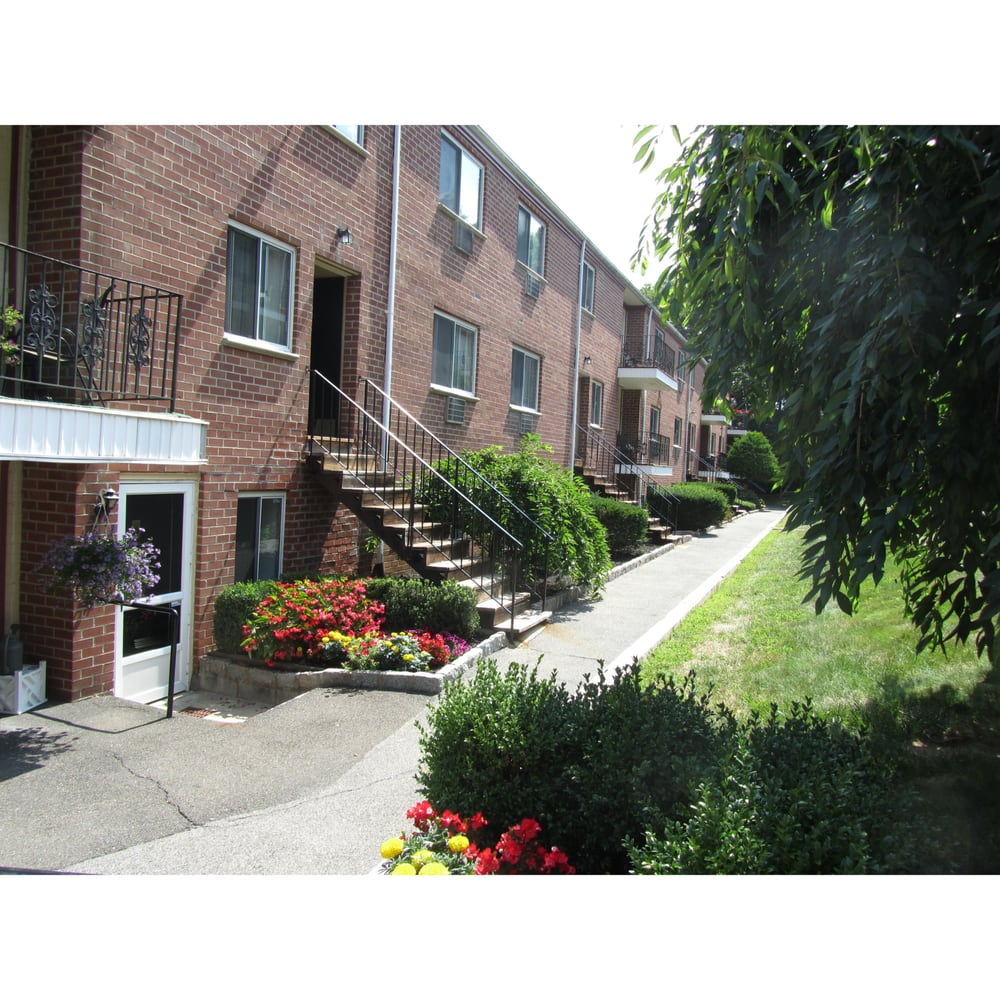Fairway Apartments: 300 S Central Ave