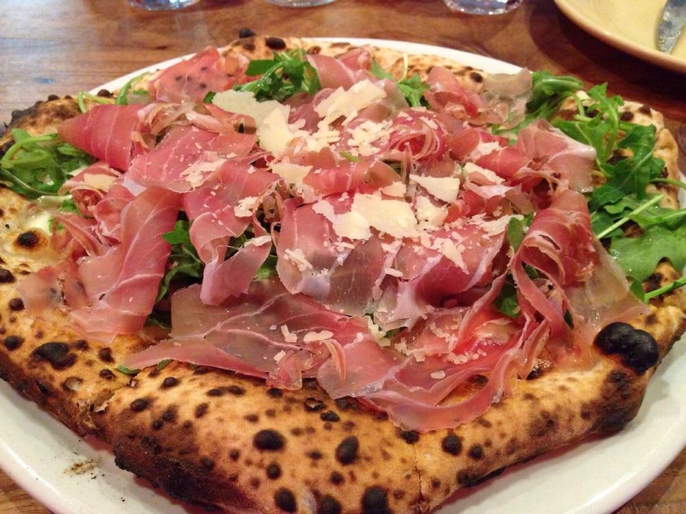 Delicious neapolitan style pizza with prosciutto arugula for Cucina italiana