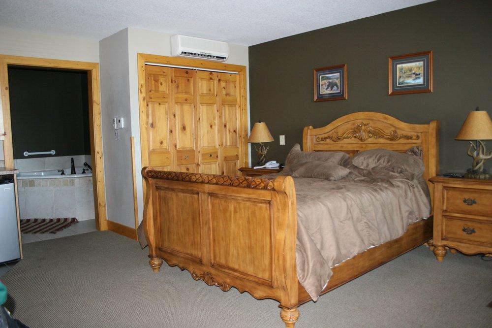 John Hall's Alaskan Lodge: 1127 N Lakeshore Dr, Lake City, MN