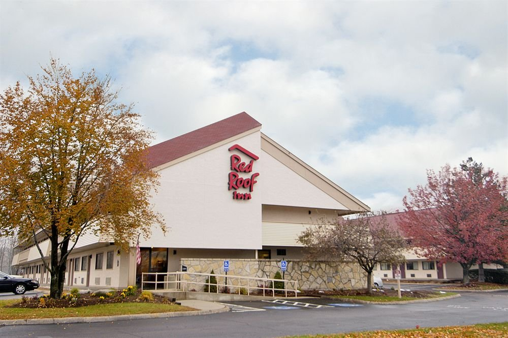 Red Roof Inn Enfield is located by Naismith Memorial Basketball Hall of Fame, Six Flags New England, Eastern States Exposition, and MassMutual Center.